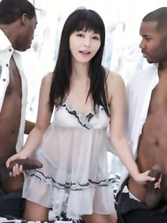 Секс азиатки с двумя неграи