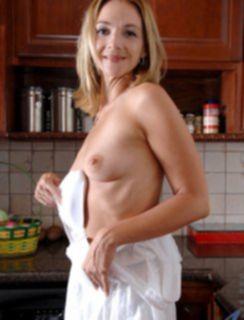 Мамуля подмывается на кухне
