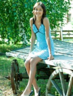 Деревенская девчушка гуляет по деревне без трусиков