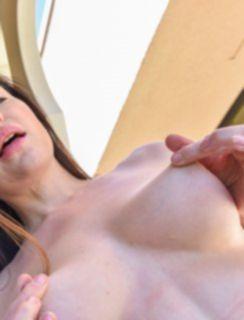 Красивая мамаша позирует в летнем платишке без трусиков на улице