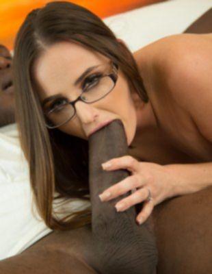 Негр с большим членом трахнул девку в очках
