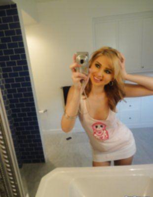 Сэлфи стройной блондинки перед зеркалом