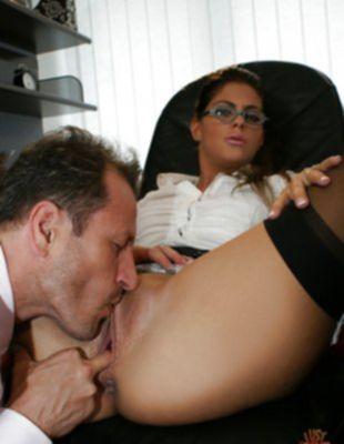 Ублажила босса аналом на работе