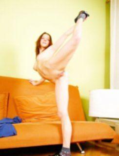 Гимнастка показывает в голом виде что она умеет делать