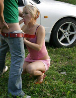 Блондинка любит сосать и давать в жопу на природе
