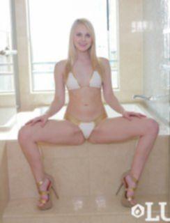 Сладкая попка Lily Rader принимает ванну с пенкой