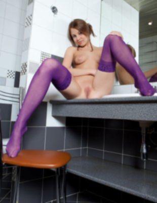 Голая красотка в фиолетовых чулках