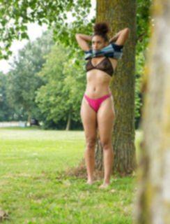 Переодевание сладкой негритянки в парке