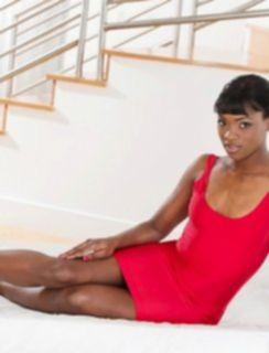 Негритянка стоит раком и показывает свои черные булочки