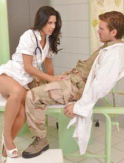 Медсестра сосет член в кабинете