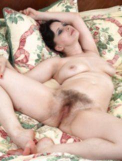 Зрелая женщина показала большую волосатую дыру