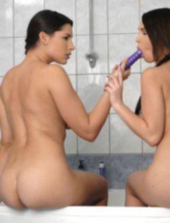 Брюнетки лесбиянки играют со страпоном в душе