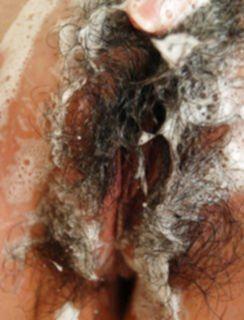 Азиатка моет свою небритую вагину